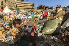KATHMANDU, NEPAL - Kind und seine Eltern während des Mittagessens im Bruch zwischen dem Arbeiten an Dump Lizenzfreie Stockbilder