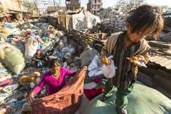 KATHMANDU, NEPAL - Kind und seine Eltern während des Mittagessens im Bruch zwischen dem Arbeiten an Dump Stockfotos