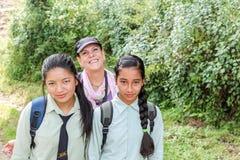 Kathmandu Nepal, Listopad, - 04, 2016: Dwa Nepalskiej dziewczyny w mundurku szkolnym i turystycznej kobiecie ono uśmiecha się kam Obraz Stock