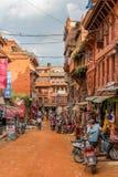 Kathmandu Nepal, Listopad, - 04, 2016: Ludzie z motocyklem w Kathmandu ulicach Nepal fotografia stock