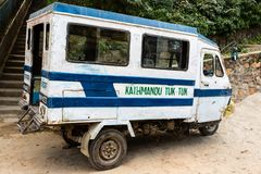 Kathmandu Nepal, Listopad, - 4, 2018: Motorowy riksza lub tuk-tuk parking na Kathmandu ulicie Trójkołowy zmotoryzowany pojazd zdjęcia stock