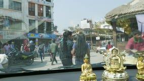 KATHMANDU, NEPAL - MÄRZ 2018: Ansicht vom Auto auf starkem Verkehr auf den Straßen des touristischen Bereichs Thamel in stock footage