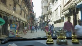 KATHMANDU, NEPAL - MÄRZ 2018: Ansicht vom Auto auf starkem Verkehr auf den Straßen des touristischen Bereichs Thamel in stock video footage