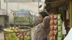 KATHMANDU, NEPAL - MÄRZ 2018: Hindischer Mann verkauft Äpfel auf der Straße, im März 2018 stock video