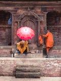 Kathmandu, Nepal, Maj 2, 2018 - Dwa yogisholly obsługują ` s odpoczywa wewnątrz zdjęcie royalty free