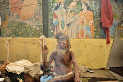 KATHMANDU NEPAL - MARS 09: mediterar den heliga manen för sadhuen på mars 09 Arkivbilder
