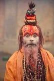 KATHMANDU NEPAL - MARS 09: mediterar den heliga manen för sadhuen på mars 09 Arkivfoto