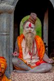 KATHMANDU NEPAL, MARZEC, - 22, 2017: Zamyka up joga Shaiva sadhu obsiadanie w Pashupatinath świątyni Kathmandu z jego Zdjęcia Royalty Free