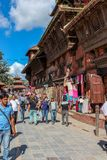 Kathmandu, Nepal - 2. November 2016: Nepalileute, die in Kathmandu-Straßen, Nepal gehen lizenzfreie stockfotos