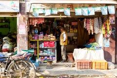 Kathmandu, Nepal - 4 novembre 2018: Donne che lavorano in un piccolo negozio in via centrale di Kathmandu fotografia stock