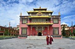 Kathmandu, Nepal, 13 novembre, 2012, scena nepalese: Monaci che camminano vicino al monastero buddista di Nyingmapa vicino allo s Immagini Stock