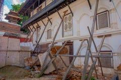 KATHMANDU, NEPAL AM 15. OKTOBER 2017: Ansicht im Freien von beschädigten Gebäuden nach dem Erdbeben im Jahre 2015 von Durbar-Quad Lizenzfreies Stockbild