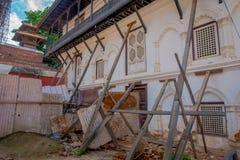KATHMANDU, NEPAL AM 15. OKTOBER 2017: Ansicht im Freien von beschädigten Gebäuden nach dem Erdbeben im Jahre 2015 von Durbar-Quad Lizenzfreie Stockbilder