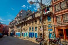 KATHMANDU, NEPAL AM 15. OKTOBER 2017: Ansicht im Freien von sehr altem und von beschädigtem Gebäude nach dem Erdbeben im Jahre 20 Stockbilder