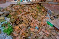 KATHMANDU, NEPAL AM 15. OKTOBER 2017: Ansicht im Freien von Ziegelsteinen im Boden von etwas Gebäuden nach dem Erdbeben im Jahre  Lizenzfreie Stockbilder