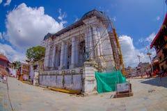 KATHMANDU, NEPAL AM 15. OKTOBER 2017: Enorme Gebäude mit einigen Strukturen für Rekonstruktion nach dem Erdbeben im Jahre 2015 Lizenzfreies Stockfoto