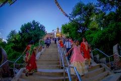 KATHMANDU, NEPAL AM 15. OKTOBER 2017: Gehende Treppe der nicht identifizierten Leute, die zu Swayambhu, ein altes religiöses führ Lizenzfreie Stockfotografie