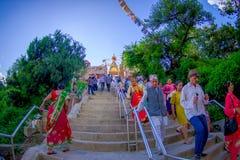 KATHMANDU, NEPAL AM 15. OKTOBER 2017: Gehende Treppe der nicht identifizierten Leute, die zu Swayambhu, ein altes religiöses führ Stockfotografie