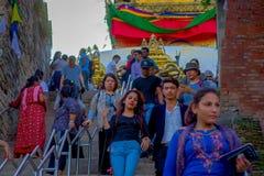 KATHMANDU, NEPAL AM 15. OKTOBER 2017: Gehende Treppe der nicht identifizierten Leute, die zu Swayambhu, ein altes religiöses führ Lizenzfreie Stockfotos