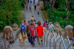 KATHMANDU, NEPAL AM 15. OKTOBER 2017: Gehende Treppe der nicht identifizierten Leute, die zu Swayambhu, ein altes religiöses führ Lizenzfreies Stockbild