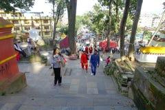 KATHMANDU, NEPAL AM 15. OKTOBER 2017: Gehende Treppe der nicht identifizierten Leute, die zu Swayambhu, ein altes religiöses führ Lizenzfreies Stockfoto