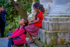 KATHMANDU, NEPAL AM 15. OKTOBER 2017: Nicht identifizierte Kinder, die am Freien nah an Swayambhu, ein altes religiöses sitzen Stockfotografie