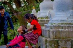 KATHMANDU, NEPAL AM 15. OKTOBER 2017: Nicht identifizierte Kinder, die am Freien nah an Swayambhu, ein altes religiöses sitzen Stockfoto