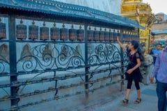 KATHMANDU, NEPAL AM 15. OKTOBER 2017: Nicht identifizierte Leute, die am Freien nah an nepalesischen religiösen Carvings gehen un Lizenzfreie Stockbilder