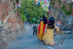 KATHMANDU, NEPAL AM 15. OKTOBER 2017: Nicht identifizierte Leute gehende dowstairs zu Swayambhu, von altem religiösem Lizenzfreie Stockfotografie