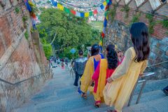 KATHMANDU, NEPAL AM 15. OKTOBER 2017: Nicht identifizierte Leute gehende dowstairs zu Swayambhu, von altem religiösem Stockfoto