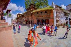 KATHMANDU, NEPAL AM 15. OKTOBER 2017: Nicht identifiziertes Leutegehen glücklich in den Straßen des Stadtumgebens von altem Stockfotos