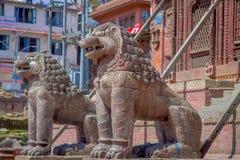 KATHMANDU, NEPAL AM 15. OKTOBER 2017: Nordeingang mit Löwestatuen, Changu Narayan, hindischer Tempel, das Kathmandutal Stockbilder