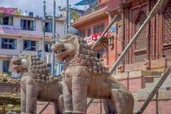 KATHMANDU, NEPAL AM 15. OKTOBER 2017: Nordeingang mit Löwestatuen, Changu Narayan, hindischer Tempel, das Kathmandutal Stockbild