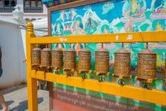 KATHMANDU, NEPAL AM 15. OKTOBER 2017: Schließen Sie oben von den nepalesischen religiösen Carvings und von den Gebetsrädern an Sw Lizenzfreie Stockfotos