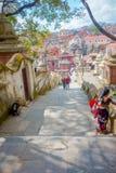KATHMANDU, NEPAL AM 15. OKTOBER 2017: Treppe, die zu Swayambhu, eine alte religiöse Architektur auf einem Hügel westlich führt Stockbild
