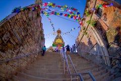 KATHMANDU, NEPAL AM 15. OKTOBER 2017: Treppe, die zu Swayambhu, eine alte religiöse Architektur auf einem Hügel westlich führt Stockfoto