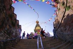 KATHMANDU, NEPAL AM 15. OKTOBER 2017: Treppe, die zu Swayambhu, eine alte religiöse Architektur auf einem Hügel westlich führt Stockfotografie