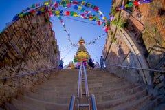 KATHMANDU, NEPAL AM 15. OKTOBER 2017: Treppe, die zu Swayambhu, eine alte religiöse Architektur auf einem Hügel westlich führt Lizenzfreies Stockbild