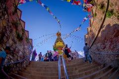 KATHMANDU, NEPAL AM 15. OKTOBER 2017: Treppe, die zu Swayambhu, eine alte religiöse Architektur auf einem Hügel westlich führt Stockfotos