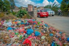 KATHMANDU, NEPAL 15 OTTOBRE 2017: Alimento e mucchio di immondizia domestica in materiale di riporto Soltanto 35 di popolazione h Immagine Stock