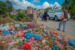 KATHMANDU, NEPAL 15 OTTOBRE 2017: Alimento e mucchio di immondizia domestica in materiale di riporto Soltanto 35 di popolazione h Fotografia Stock