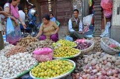 Kathmandu, Nepal, Październik, 12, 2013, Nepalska scena: Ludzie sprzedają warzywa na ulicie w Kathmandu fotografia royalty free
