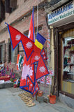 Kathmandu, Nepal, Październik, 12, 2013 Sprzedaż Nepalskimi flaga na kwadratowym Darbar zdjęcie stock