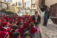 KATHMANDU, NEPAL - Schüler während der Tanzstunde in der Grundschule Stockbild