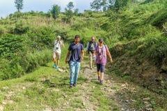 Kathmandu, Nepal - 22. September 2016: Touristentrekking zu den grünen Hügeln, auf dem Weg zu Khokana-Dorf in Nepal Stockfotografie