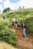 Kathmandu, Nepal - 22. September 2016: Touristentrekking zu den grünen Hügeln, auf dem Weg zu Khokana-Dorf in Nepal Lizenzfreie Stockfotografie