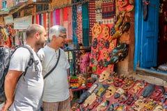 Kathmandu, Nepal - 22. September 2016: Touristische Männer, die einige Andenken vor einem Shop in Kathmandu, Nepal betrachten stockfoto