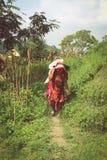 Kathmandu, Nepal - 22 settembre 2016: Donna nepalese in vestiti tradizionali che sostengono onere gravoso su lei indietro in un v Immagini Stock