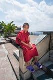 KATHMANDU NEPAL, SIERPIEŃ, - 27, 2013: Buddyjski nastoletni studencki portret w ogródzie Kopan monaster Kopan monaster błagać swó Zdjęcia Royalty Free