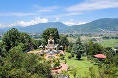 KATHMANDU NEPAL, SIERPIEŃ, - 27, 2011: Szeroki widok fontanna i ogród Kopan monaster Kopan monaster swój początki w th Obraz Stock